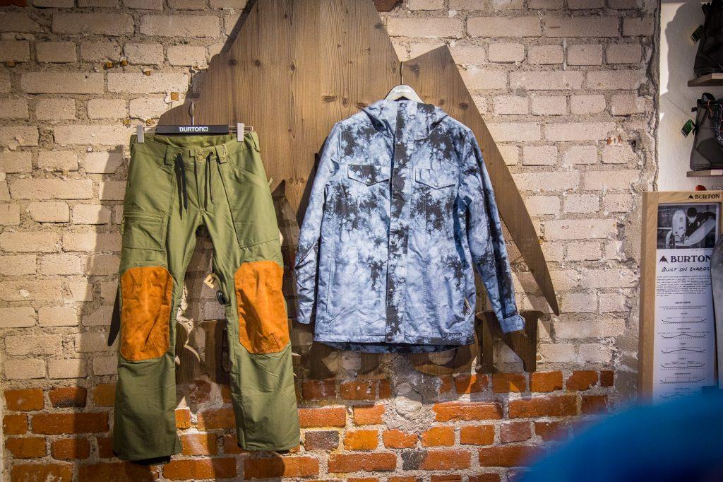 Tuote-esittely: Kaksi Burtonin takki/housut kokonaisuutta.